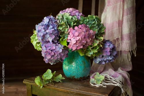 Bouquet of hydrangea flowers in a vase on a chair Fototapet