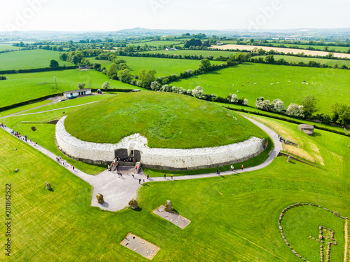 Fotografia Newgrange, a prehistoric monument built during the Neolithic period, located in County Meath, Ireland