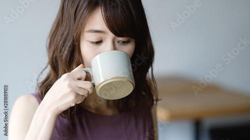 Fotografía  コーヒーを飲む女性