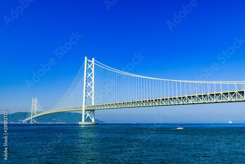 Fotobehang Donkerblauw [兵庫県の風景] 快晴の青空をバックに撮影した神戸と淡路を結ぶ明石海峡大橋(別名:パールブリッジ)