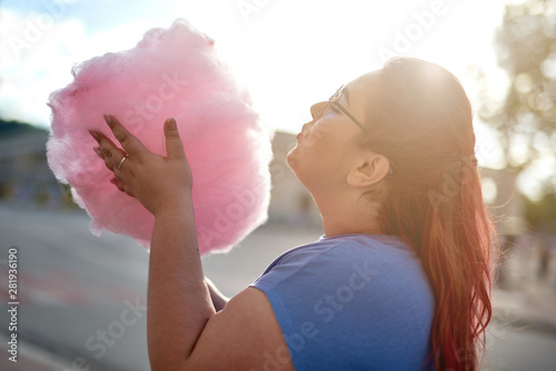 Poster Individuel Fat young woman walking with cloud of candy-floss
