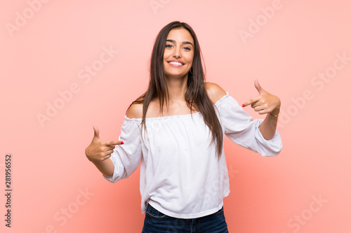 Fotografia Young woman over isolated pink background proud and self-satisfied
