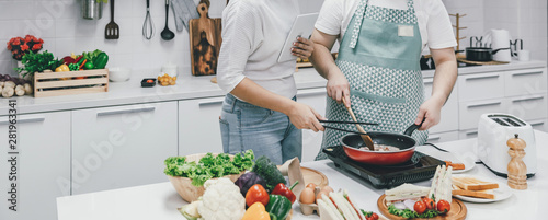Papel de parede  Young couple cooking together