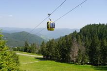 Seilbahn über Bergwiese Und Wald