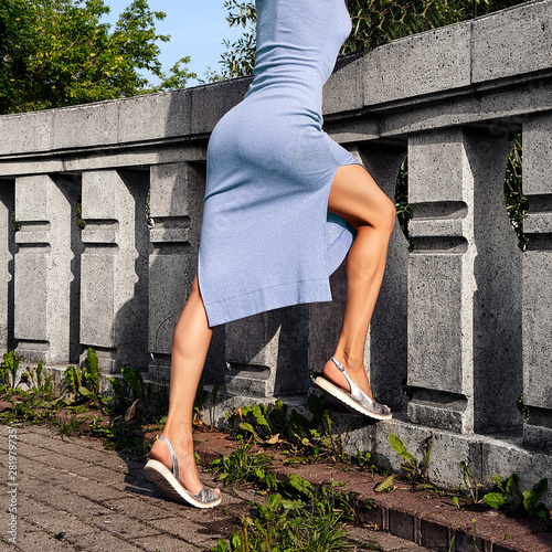 Canvas Print Muscular female legs on observation deck