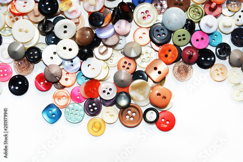 La pose en embrasure Macarons Multi-colored sewing buttons of different sizes and shapes on an isolated background