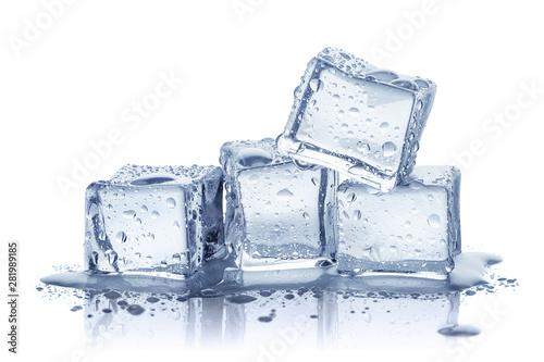 Kostki lodu, odizolowywać na białym tle