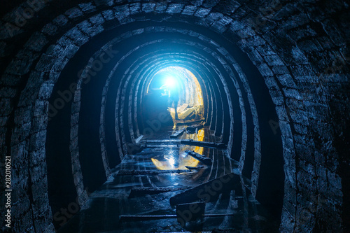 Fotomural  Dark creepy dirty flooded abandoned mine tunnel