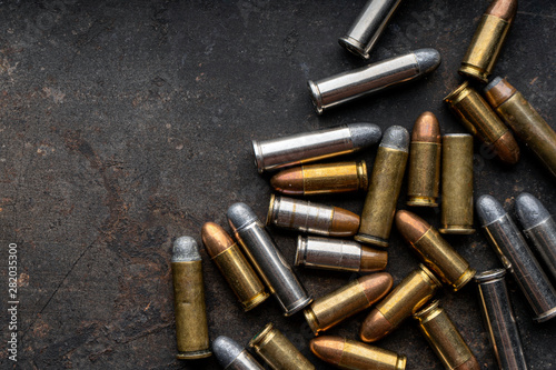 Cuadros en Lienzo Hand guns , ammo ,Guns with ammunition on Dark background.