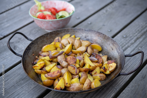 Photo sur Toile Les Textures grilled potatos with onionin and salad