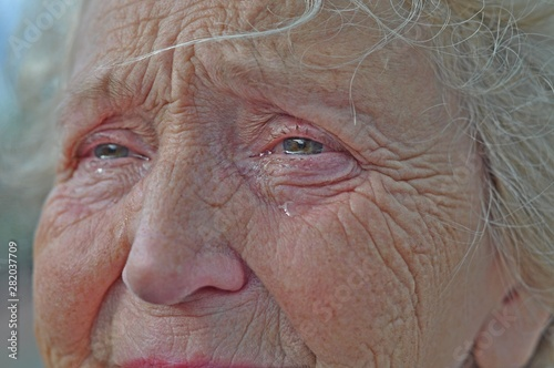 Photo An old woman crying frantically