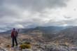 senderista que alcanza la cima de la montaña