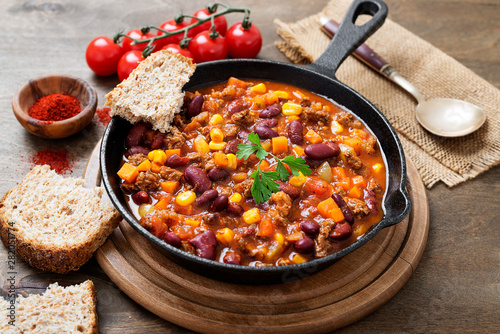 Fotografia Traditional mexican dish chili con carne with minced meat and red beans