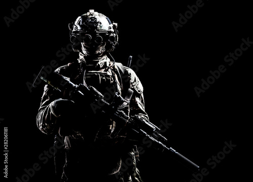 Foto  Army special forces shooter low key studio shoot