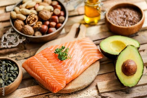 Photo sélection saumon, avocat et graines (table bois flotté moderne)