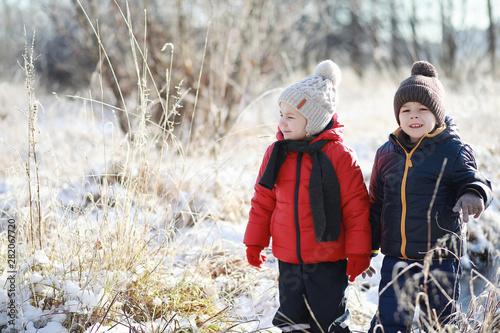 Leinwanddruck Bild - alexkich : Children in winter park play