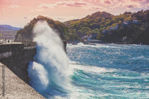 Fototapeta premium Piękny krajobraz morski w północnej Hiszpanii. Skaliste wybrzeże w słoneczny dzień. Piękna przyroda, krajobraz z burzliwym morzem. Nasyp w San Sebastian, Kraj Basków, Hiszpania, Europa