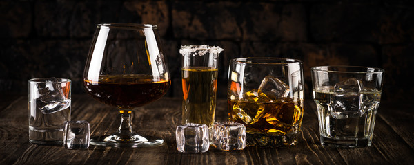 Jaka alkoholna pića - viski, konjak, votka, rum, tekila.