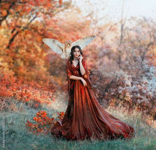 Photo pretty young girl with black hair in cold forest, orange foliage of trees, fairy