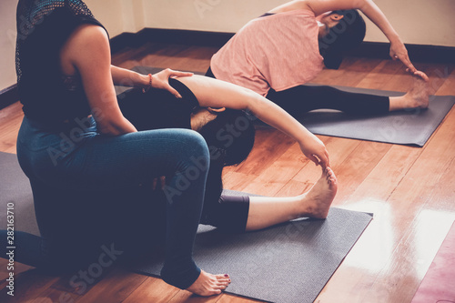 Photo Group of young healthy Asian women practicing yoga  beginner lesson with instruc