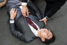 倒れるビジネスマン