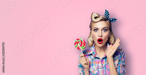 Fotografia  Excited surprised woman with lollipop