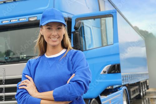 Fotomural  smiling truck driver woman