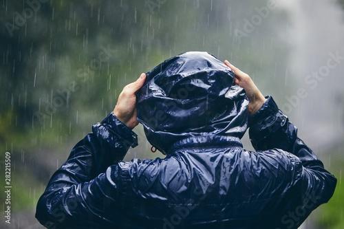 Fotografiet Traveler in heavy rain