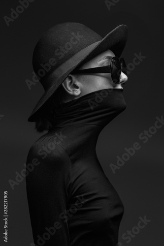 Stylish black and white portrait of elegant slim girl in glasses and a hat. Fototapete