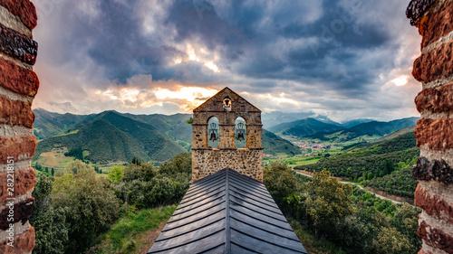 Fototapeta premium San Miguel Hermitage niedaleko Potes, Kantabria, Hiszpania.
