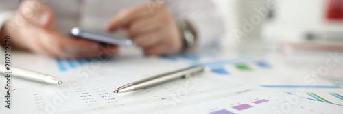 Fotografía  Silvee pen lie on table witth business financial