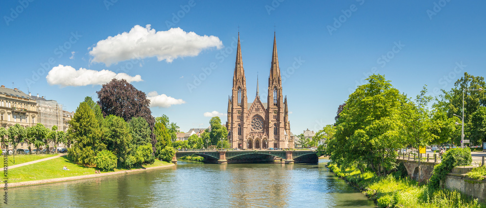 Fototapety, obrazy: Cityscape of Strasbourg and the Reformed Church Saint Paul, France