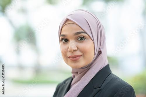 Fotografía  Muslim woman in business suit