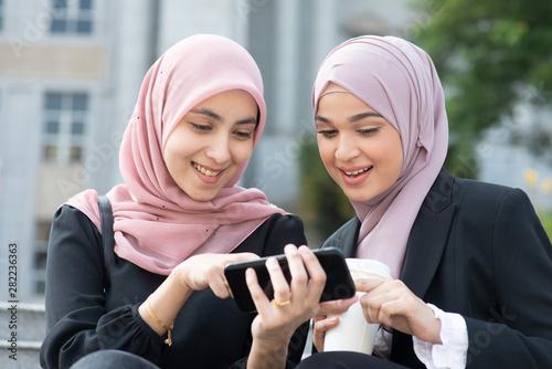 Pinturas sobre lienzo  Muslim women using smart phone