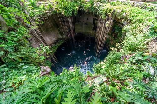Photo sur Aluminium Vert Cénote Chichen itza, une partie d'une des merveilles du monde et patrimoine de l'unesco Yucatan, Mexique