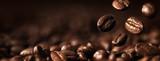 Zbliżenie Ziaren Kawy Na Ciemnym Tle