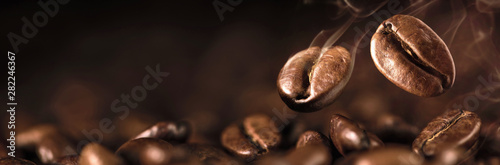 Keuken foto achterwand koffiebar Coffee Beans Closeup On Dark Background