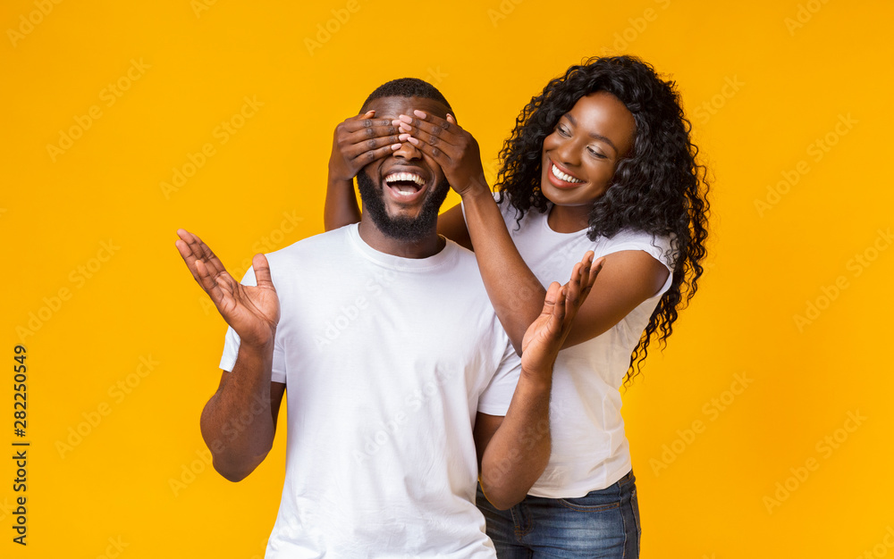 Fototapety, obrazy: Pretty afro woman closing her man eyes from behind