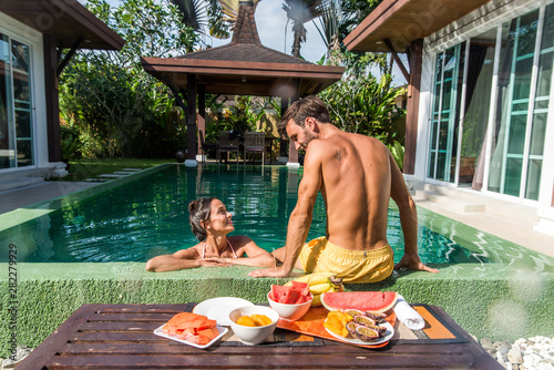 Fotografia  Couple of lovers in a beautiful villa with swimming pool