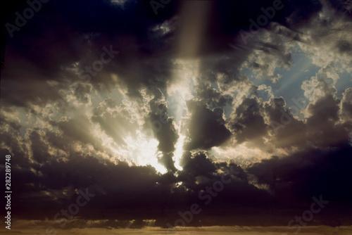 Sole che filtra tra le nuvole dopo il temporale Wallpaper Mural