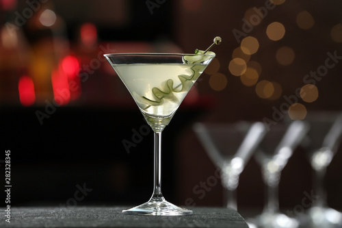 Photo sur Aluminium Bar Glass of tasty cucumber martini on bar counter