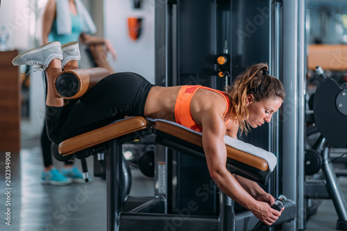 Fotografía Female Athlete Exercising at Lying Leg Curl Bench in The Gym