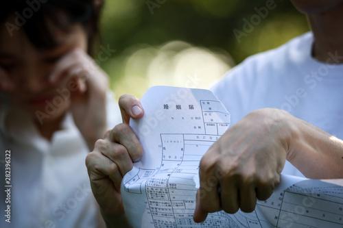 婚姻届を破る男性 Canvas