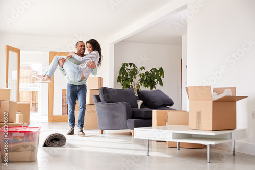 Photo Man Carrying Woman Over Threshold Of New Home On Moving Day