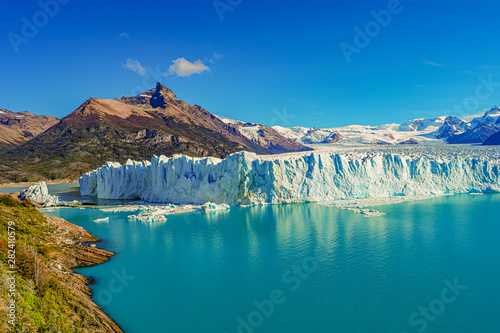 Photo Stands Green blue Wonderful view at the huge Perito Moreno glacier in Patagonia in