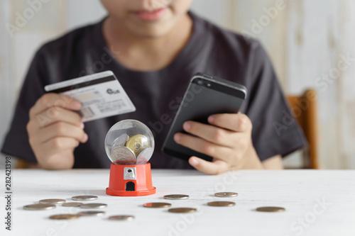 Papel de parede クレジットカードでスマホゲームに課金しようとする小学生の男の子