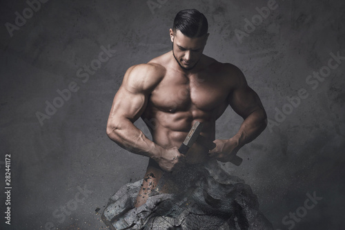 Photo Bodybuilder made himself from the piece of stone