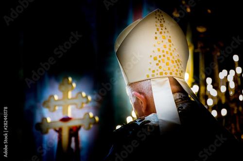 Fotografie, Obraz  Modlitwa biskupa katolickiego