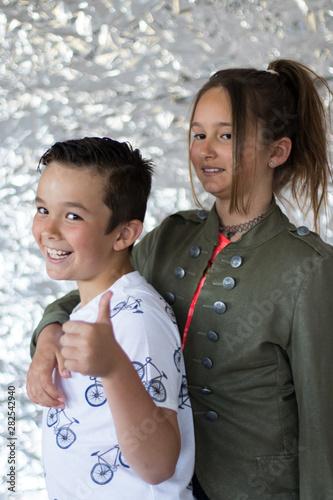 Obraz na plátně Niños modelo posando delante de la cámara con diferente vestuario