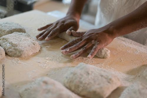 artesano panadero en la panadería artesanal pan Canvas Print